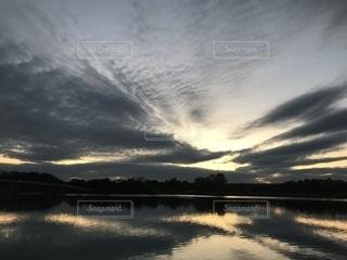 水の体に沈む夕日の写真・画像素材[1718474]
