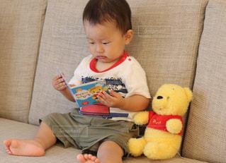 椅子に座っている赤ちゃん - No.775128