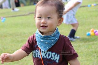 小さな男の子が赤ん坊を保持の写真・画像素材[779518]