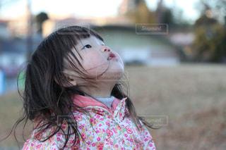 草の中に立っている少女の写真・画像素材[923250]