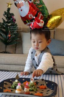 テーブルに座っている小さな子供の写真・画像素材[931081]