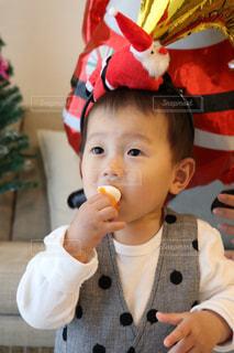 いくつかの料理を食べている男の子の写真・画像素材[931083]