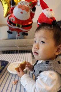 テーブルの上に座って赤ちゃんの写真・画像素材[931084]