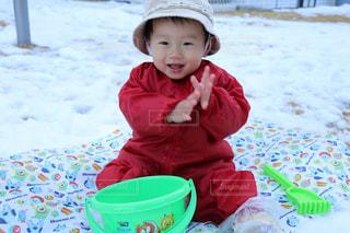 雪の中で遊ぶ男の子の写真・画像素材[972838]