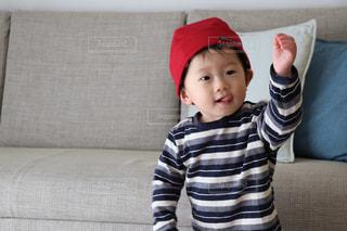 ソファーに座っている小さな子供の写真・画像素材[980817]