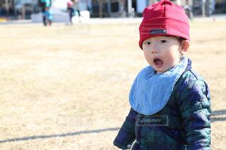 帽子をかぶった小さな男の子の写真・画像素材[993173]
