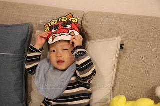 ソファに座っている小さな子供の写真・画像素材[993181]