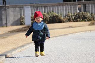 道路の側をスケート ボードに乗って少年の写真・画像素材[993186]
