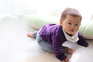 小さな男の子が赤ん坊を保持の写真・画像素材[1006809]