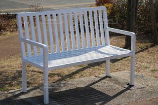 フェンスの前に座って白公園ベンチの写真・画像素材[1006819]