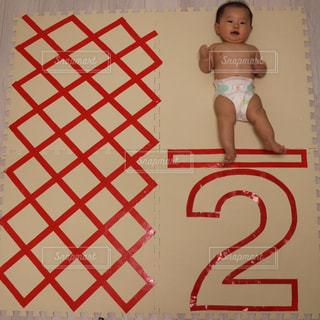 近くに赤ちゃんのアップの写真・画像素材[1006869]