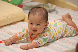 ベッドの上に座っている赤ちゃんの写真・画像素材[1006870]