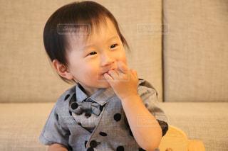 小さな男の子が赤ん坊を保持の写真・画像素材[1178680]
