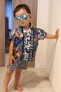 カメラにポーズ鏡の前に立っている少年の写真・画像素材[1521799]