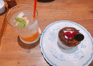 食品やコーヒー テーブルの上のカップのプレート - No.706128