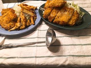 テーブルの上に食べ物のプレート - No.711146