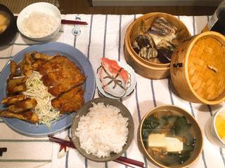 テーブルの上に食べ物のプレートの写真・画像素材[711147]