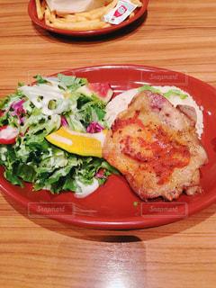 木製のテーブルの上に食べ物のプレートの写真・画像素材[726461]
