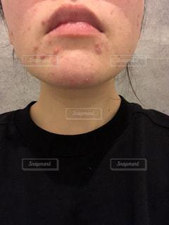 近くにカメラの顔を作る男性のアップの写真・画像素材[1683396]
