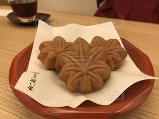 テーブルの上に食べ物のプレートの写真・画像素材[723112]