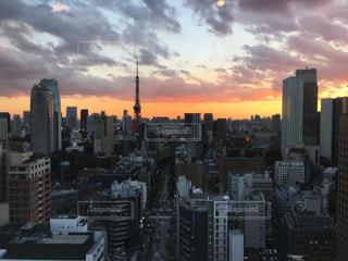 背景の高層ビル街の景色の写真・画像素材[888389]
