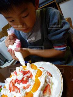 クリスマスケーキをデコレーション。の写真・画像素材[813467]