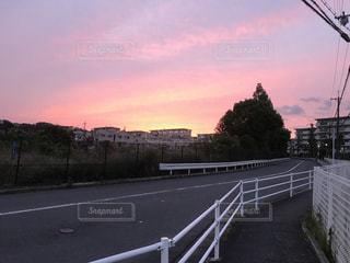 帰り道の夕日の写真・画像素材[499172]
