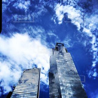 空の背景を持つ大規模な背の高い塔の写真・画像素材[793668]