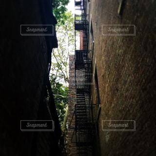 レンガの壁につながる橋の写真・画像素材[803710]