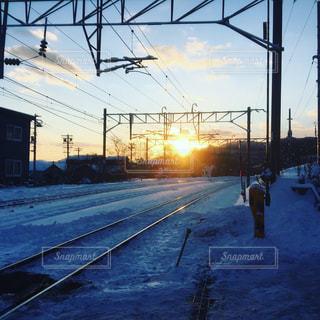 線路と朝日の写真・画像素材[908595]