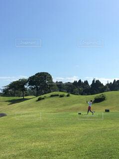 芝生のフィールドでカイトを飛行男の写真・画像素材[926698]