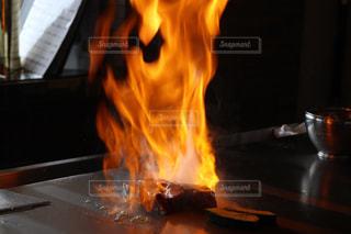 近くに火のオーブンのアップの写真・画像素材[926699]