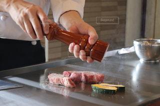 テーブルの上の人加工食品の写真・画像素材[926700]