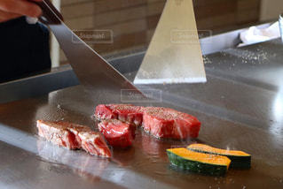 テーブルの上のケーキとまな板の上のナイフの写真・画像素材[926701]