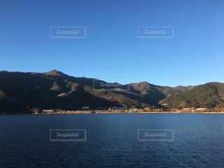 背景の山と水の大きな体の写真・画像素材[933972]