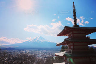 背景の山の塔の写真・画像素材[933975]