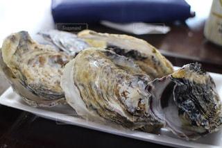 テーブルの上に食べ物のプレートの写真・画像素材[996049]