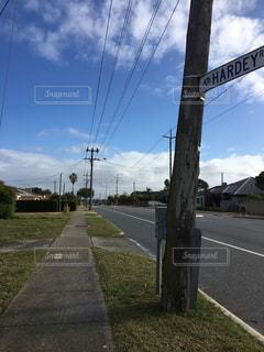 道の端に署名しているポールの写真・画像素材[1205753]