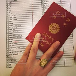 出国前の準備 パスポートと持ち物リストの写真・画像素材[1205774]