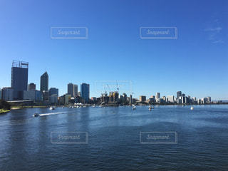 バック グラウンドで市と水体の写真・画像素材[1226140]