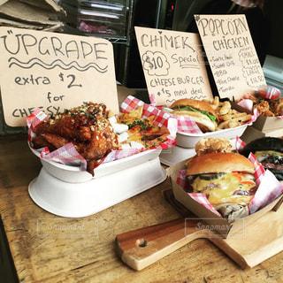 テーブルの上に食べ物の種類でいっぱいのボックスの写真・画像素材[1559608]