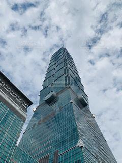 台北 101 側に時計と大きな背の高い塔の写真・画像素材[1739015]