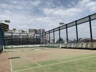 青空の広がる都内のテニスコートの写真・画像素材[4204092]