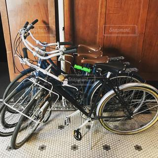 壁にもたれて自転車の写真・画像素材[813846]