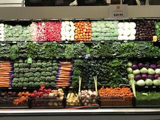 ディスプレイにさまざまな野菜の束の写真・画像素材[816198]