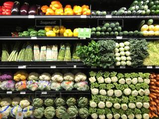 店のディスプレイにさまざまな野菜の束の写真・画像素材[816200]