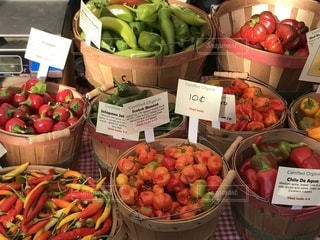 カラフル野菜の展示でいっぱいのボックス - No.816212