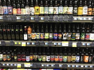 棚いっぱいのビールの写真・画像素材[816215]