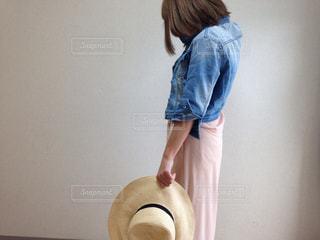 女性,1人,帽子,部屋,麦わら,デニム