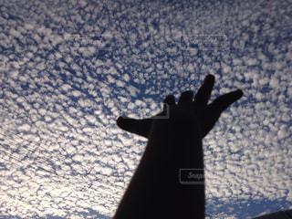 空と雲と手の写真・画像素材[711462]